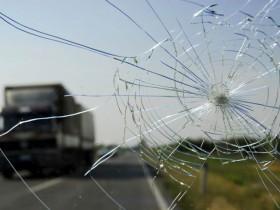 汽车挡风玻璃为什么比普通玻璃更安全?